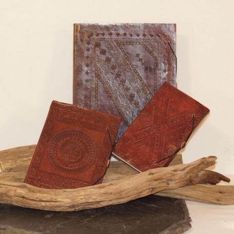carnet en cuir repoussé artisanat médiéval pièce unique M