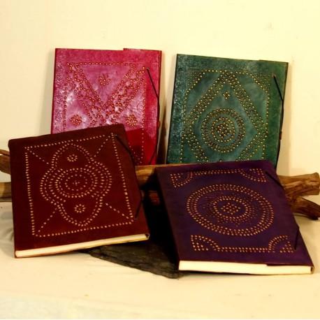 Grand carnet en cuir coloré, poinçonné - JaliWalli