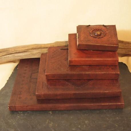 Grand carnet en cuir, frappé, pierre