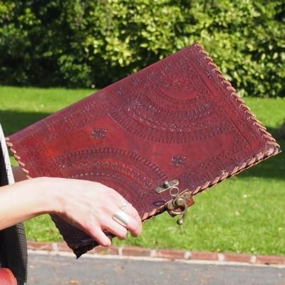 Porte documents en cuir frappé – Crochet
