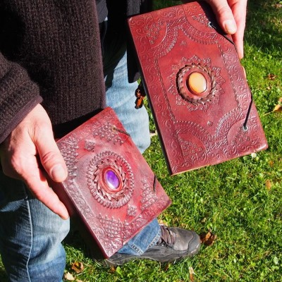 carnet en cuir repoussé avec pierre