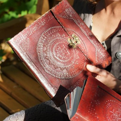 Grand grimoire en cuir repoussé - carré - crochet