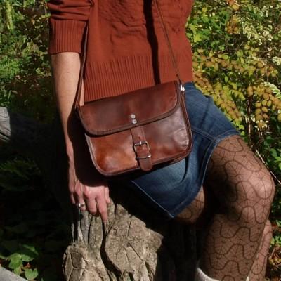 Petit sac à main en cuir, une boucle.