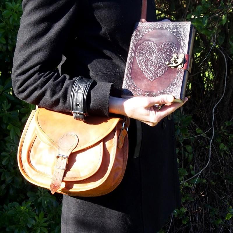 sac en cuir chic bohène et carnet en cuir coeur et crochet