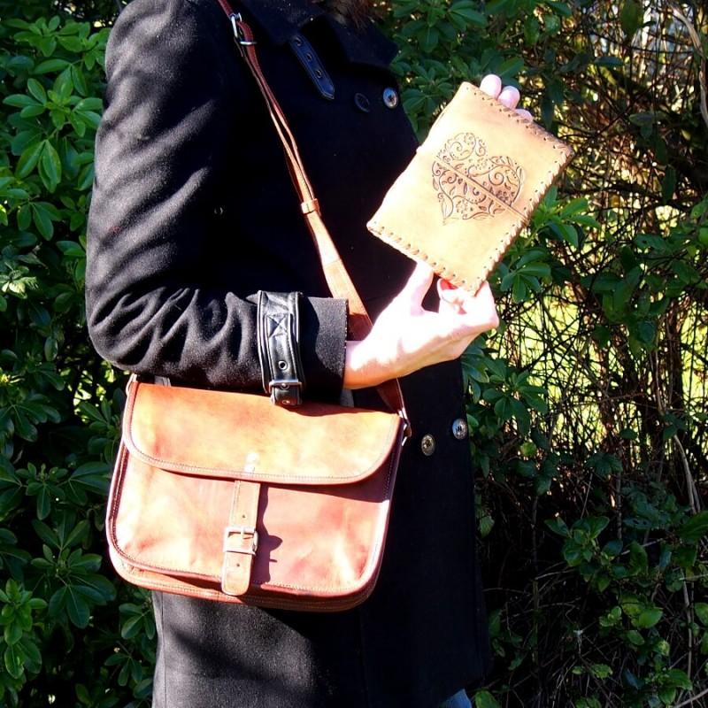 sac à main cuir naturel et carnet en cuir coeur