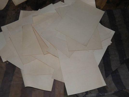 fabrication artisanale des sacs en cuir